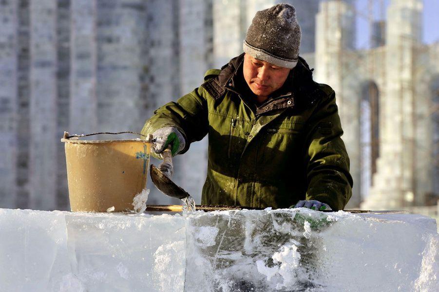 Pour ce maçon très spécial, l'eau, qui gèle ensuite, sert de ciment entre les blocs de glace.