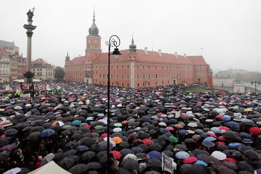 Manifestation en Polognecontre une proposition de loi bannissant pratiquement l'avortement, le 3 septembre 2016.