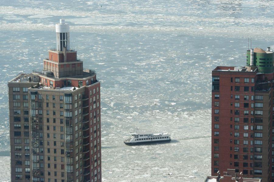 Le froid a formé de la glace sur l'eau entourant New York