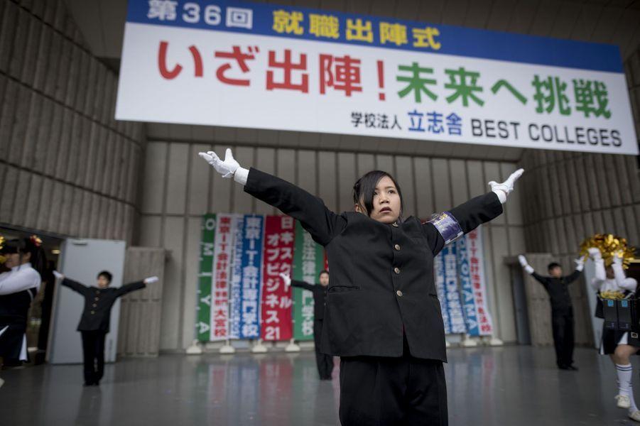 A Tokyo, séance de motivation collective pour les futurs travailleurs