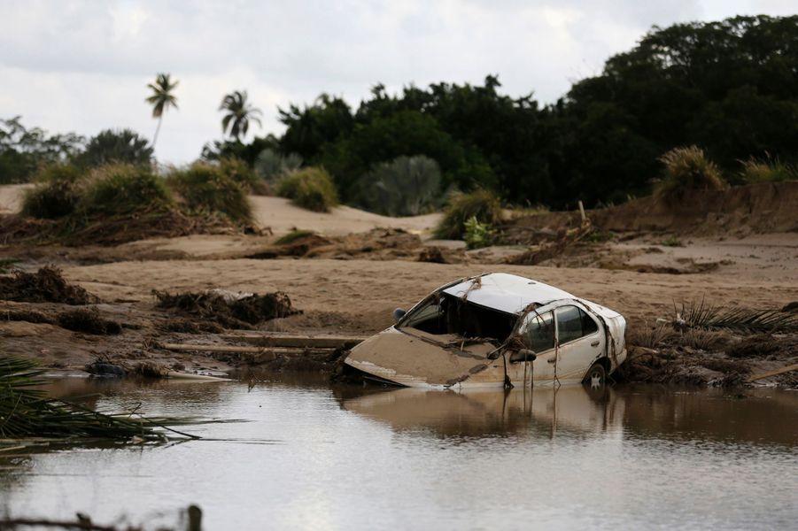 La cité balnéaire d'Acapulco est toujours coupée du monde après le passage de deux tempêtes tropicales sur le Mexique. La dépression Manuel s'est transformée en ouragan et des pluies diluviennes ont noyé la ville, bloquant au moins 40 000 touristes.