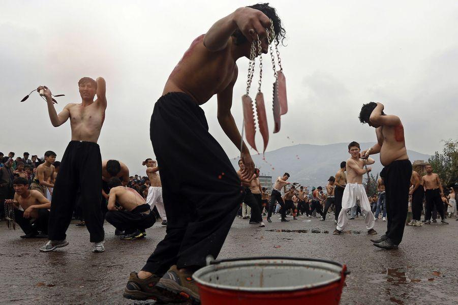 Les croyants s'auto flagellent pour célébrer l'Achoura, à Kaboul