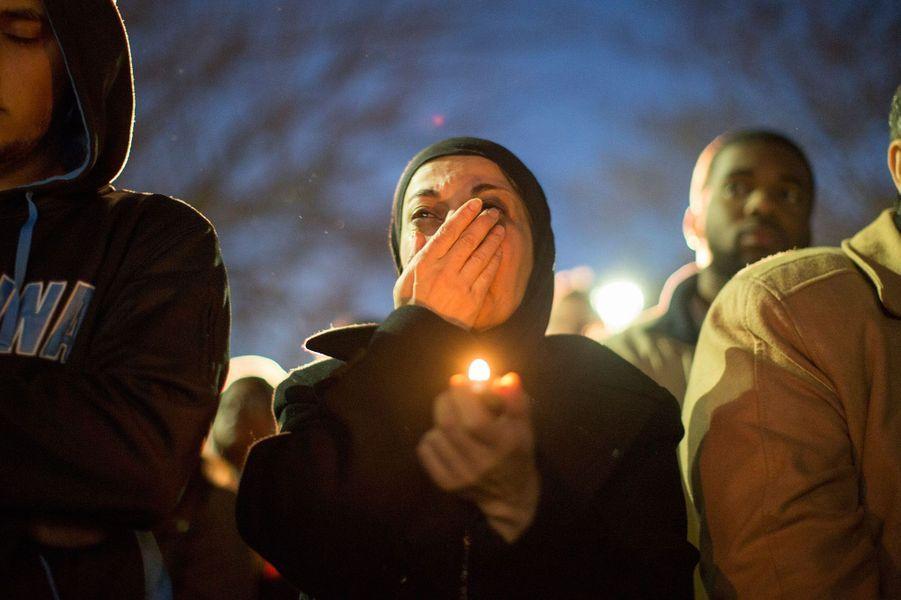 Une femme pleure à la veillée funèbre des trois victimes sur le campus de Chapel Hill
