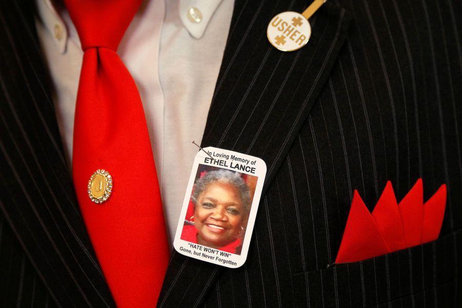 La photo d'Ethel Lance était accrochée aux habits de deuil de certains de ses proches