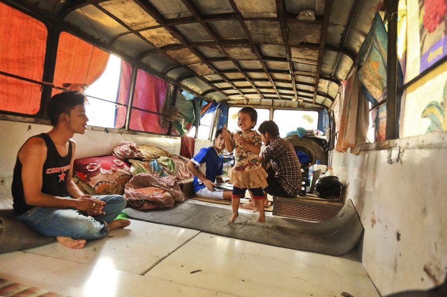 Ces Népalais vivent à 14 dans un bus depuis le tremblement de terre