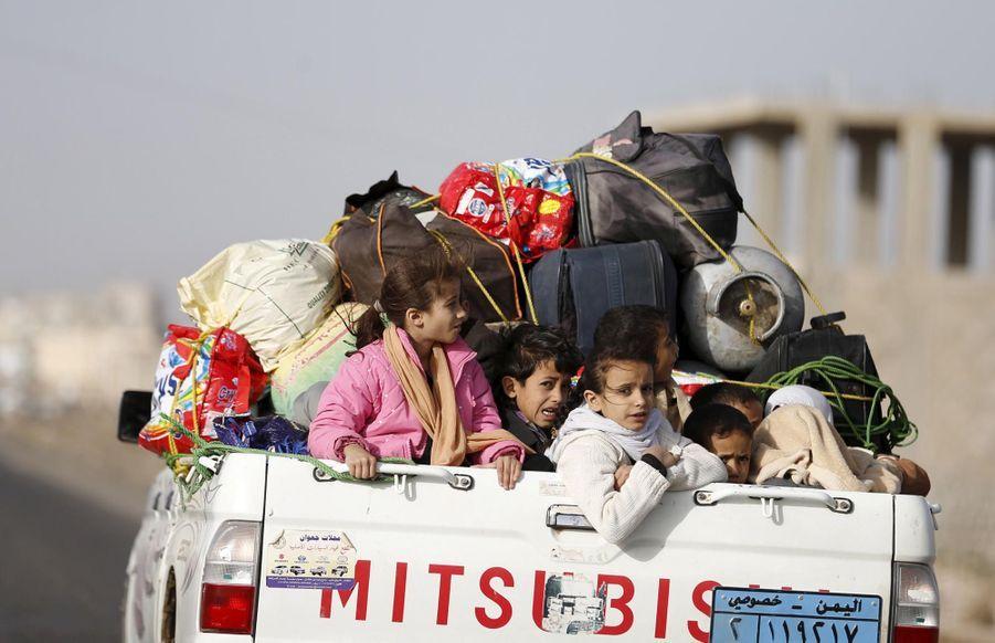 Des Yéménites fuyant Sanaa