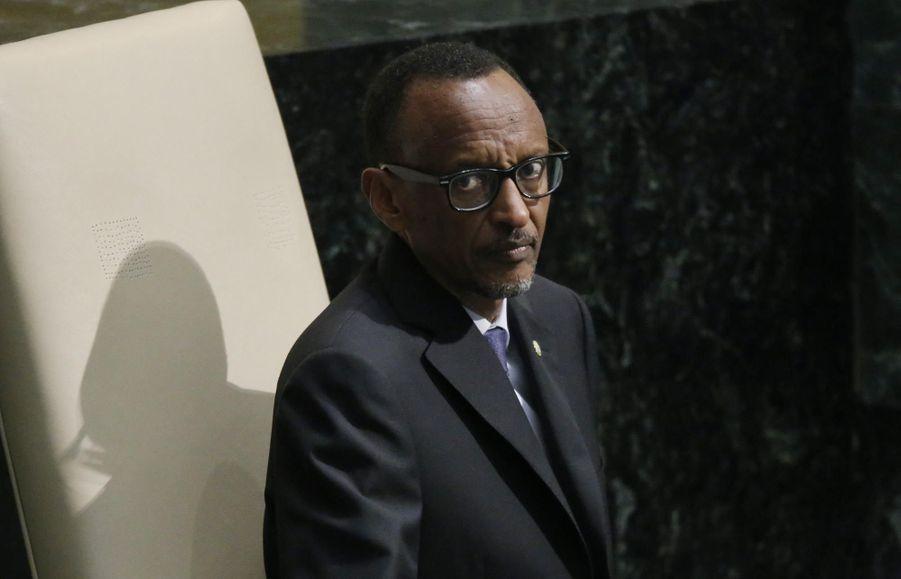 Quelque 6,4 millions de Rwandais sont appelés aux urnes ce vendredi, pour voter sur le référendum qui devrait ratifier la révision de la Constitution qui autorisera le président Paul Kagame à briguer un nouveau mandat. Divers articles ont été modifiés en novembre par le Parlement, mais les deux changements cruciaux concernent les nouveaux articles 101 et 172 qui autorisent potentiellement M. Kagame, 58 ans, à se maintenir au pouvoir pendant 17 ans supplémentaires. Elu en 2003 et réélu en 2010, avec plus de 90% des voix à chaque fois, M. Kagame est l'homme fort du pays depuis juillet 1994: à l'époque, sa rébellion du Front patriotique rwandais (FPR) avait chassé de Kigali les extrémistes hutu et mis fin au génocide qu'ils avaient déclenché trois mois auparavant (800.000 morts, essentiellement membres de la minorité tutsi). Les résultats provisoires seront publiés vendredi soir et les résultats finaux sont attendus avant lundi.Paul Kagame n'est pas le seul chef d'Etat africain à avoir récemment tenté de contourner les limitations de mandats. On l'a vu l'an passé avec Blaise Compaoré au Burkina- Faso, mais le peuple et l'armée en ont décidé autrement, et finalement, Roch Marc Christian Kaboré (RMCK) a été élu le mois dernier. On le voit malheureusement au Burundi qui s'enfonce dans la crise depuis la réélection controversée de Pierre Nkurunziza pour un troisième mandat. En République du Congo, Denis Sassou-Nguesso, qui à 72 ans cumule plus de 30 ans à la tête du pays, a lui aussi fait passer par référendum une modification de la Constitution, afin qu'elle autorise un mandat de cinq ans au lieu de sept, renouvelable deux fois; sans âge maximum pour se présenter. Enfin, Joseph Kabila, qui a hérité du pouvoir en 2001 après l'assassinat de son père Laurent-Désiré Kabila, a été élu en 2006 puis réélu en 2011 à l'issue d'un scrutin controversé, est également soupçonné d'voir des velléités pour 2016 alors que la constitution n'autorise que deux mandats consécutifs.Rappelons q