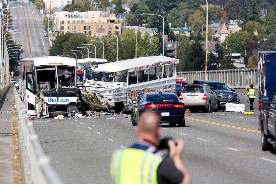 La violente collision entre les deux bus a coûté la vie à au moins quatre personnes
