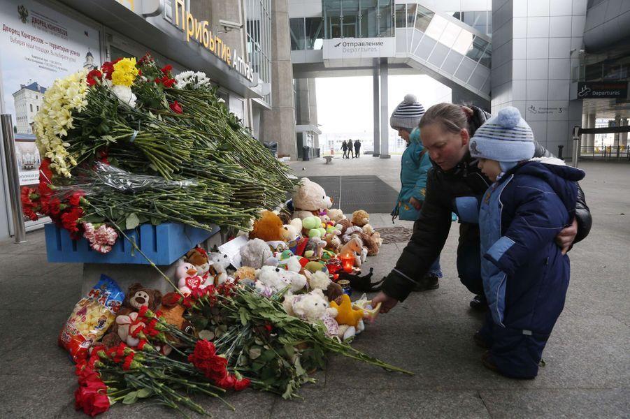 Certains Russes déposent des fleurs ou des bougies devant l'aéroport de Saint-Pétersbourg
