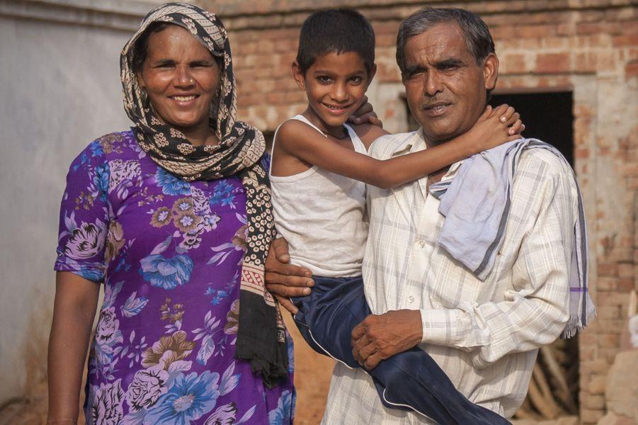 Omkari et Charan Singh ont eu leur fils Akashvani à plus de 70 ans. L'enfant a maintenant 6 ans