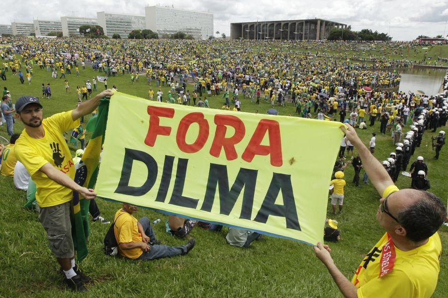 """Dilma dégage"", dit la pancarte"