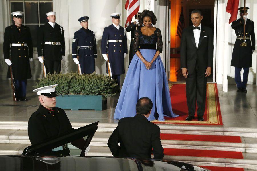 Le président français sort de l'énorme Cadillac qui vient le déposer devant le tapis rouge.Retrouvez le récit de notre reporter présent au dîner