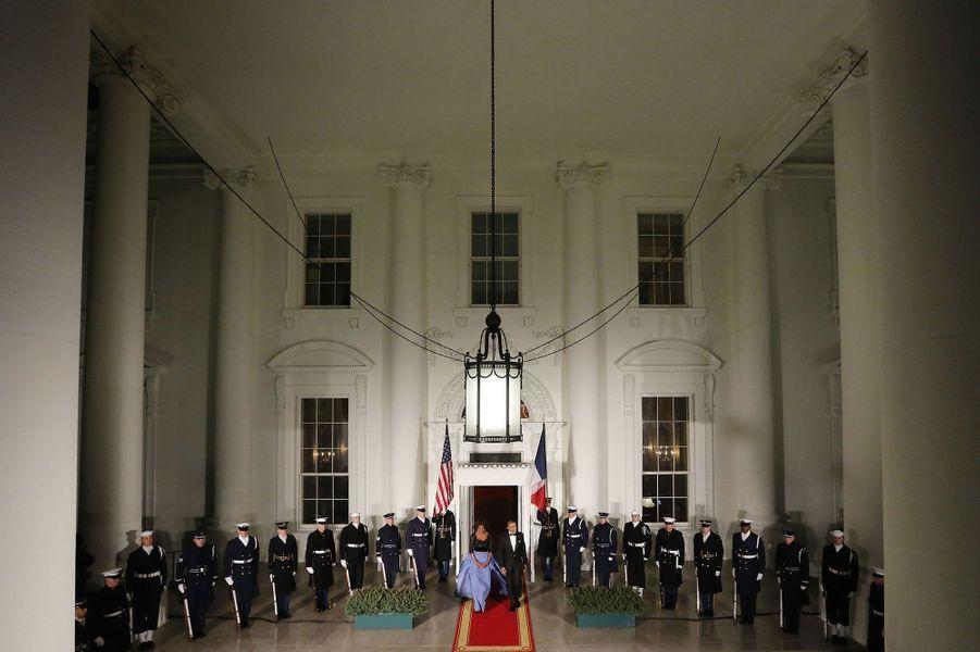 Barack et Michelle Obama s'avancent pour accueillir François Hollande, à l'entrée de la Maison-Blanche.Retrouvez le récit de notre reporter présent au dîner