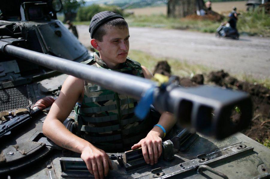 Soldat ukrainien dans un char, à 60 kilomètres de Donetsk
