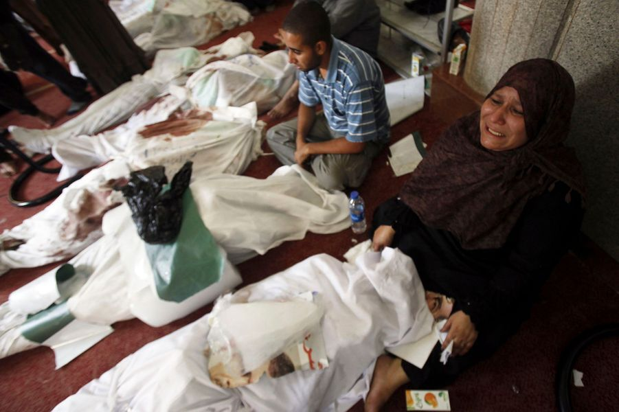 Une mère pleure son fils, toujours dans la mosquée Al Iman, jeudi.