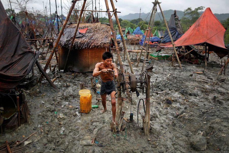 En Birmanie, creuser la terre pour survivre
