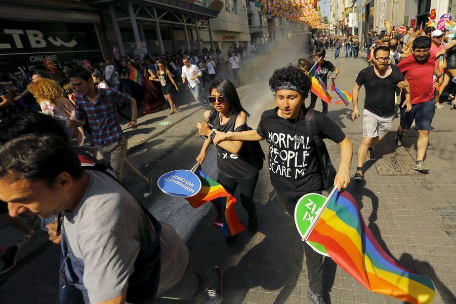 Gay pride d'Istanbul: Canons à eau et gaz lacrymo contre la marche