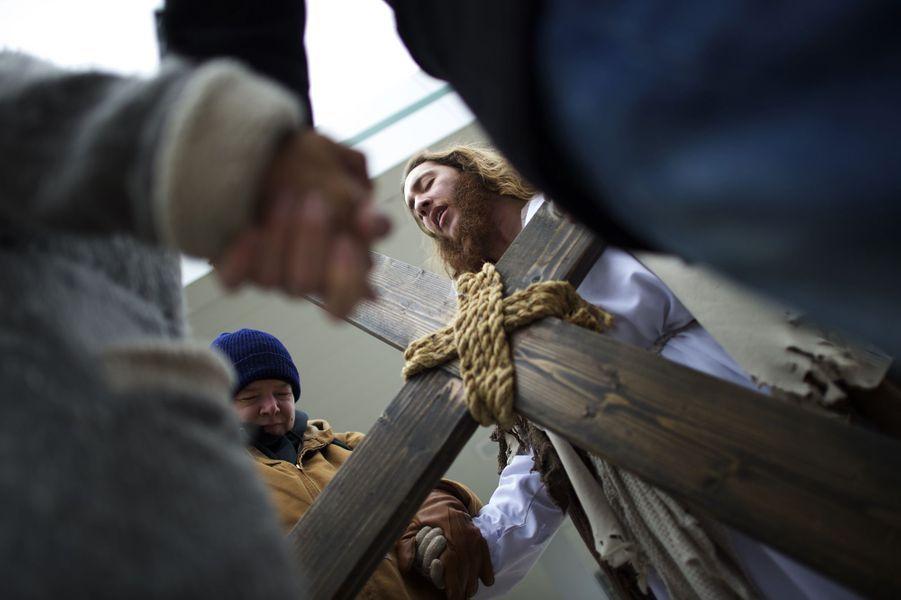 Michael Grant se balade dans Philadelphie habillé en Jésus
