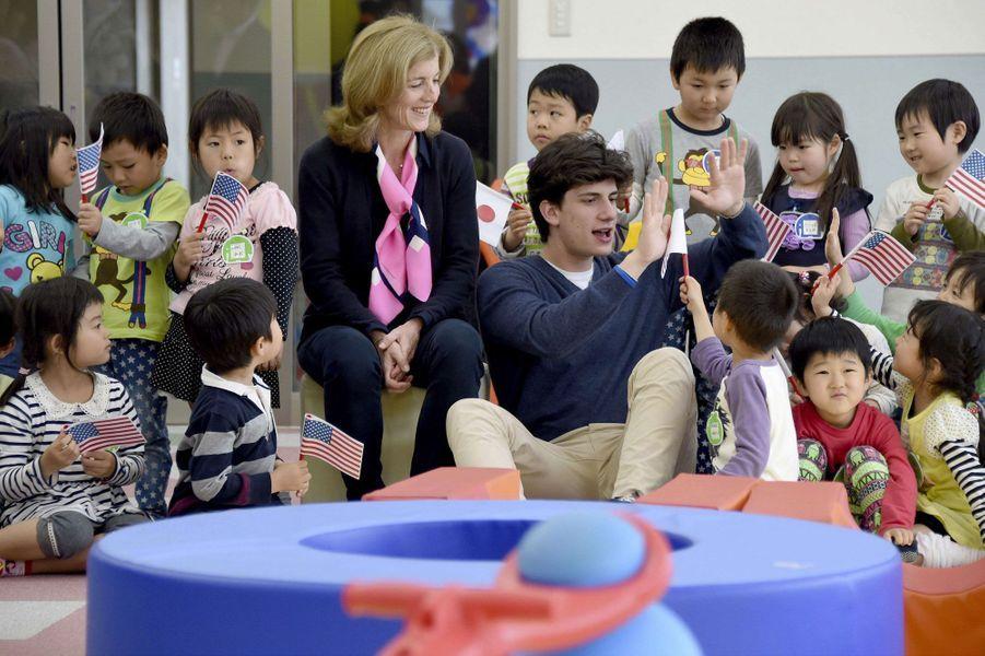 Caroline Kennedy et son fils à l'orphelinat d'Iwaki