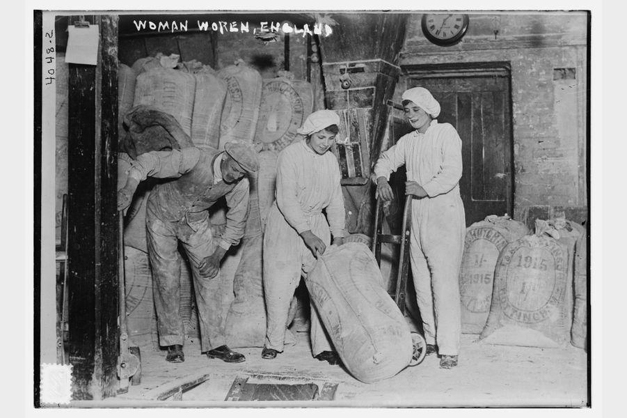 Des Anglaises travaillent dans une usine de farine (1915-1918)