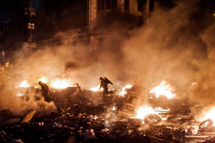 Il y avait pourtant une sorte de trêve depuis la veille. Mais jeudi 20 février, vers 9 heures, des centaines de manifestants lancent une attaque surprise contre les policiers antiémeute qui ont investi une partie de la place de l'Indépendance. En avançant dans la rue Instytutska, qui mène aussi au palais présidentiel, ils vont être pris sous des tirs croisés. Au cœur de la bataille, notre photographe Eric Bouvet se retrouve en enfer durant une heure. Une balle le frôle, les autres sifflent et claquent, rebondissent contre les obstacles... Des snipers postés dans les immeubles tirent à la kalachnikov et aux fusils de précision, méthodiquement. Aucun repli possible.