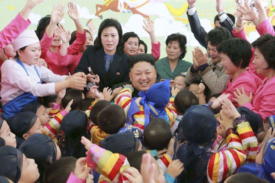 Le dictateur nord-coréen Kim Jong-un, photographié en janvier 2015 dans un orphelinat de Pyongyang