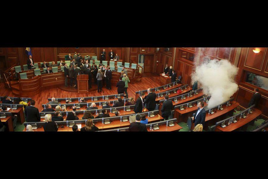 Des députés lancent du gaz lacrymogène au Parlement kosovar