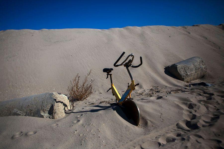 Ce vélo d'appartement est abandonné sur la plage de Mantoloking, New Jersey. Malgré les efforts des habitants pour la reconstruction, les plages offrent toujours un spectacle de fin du monde.