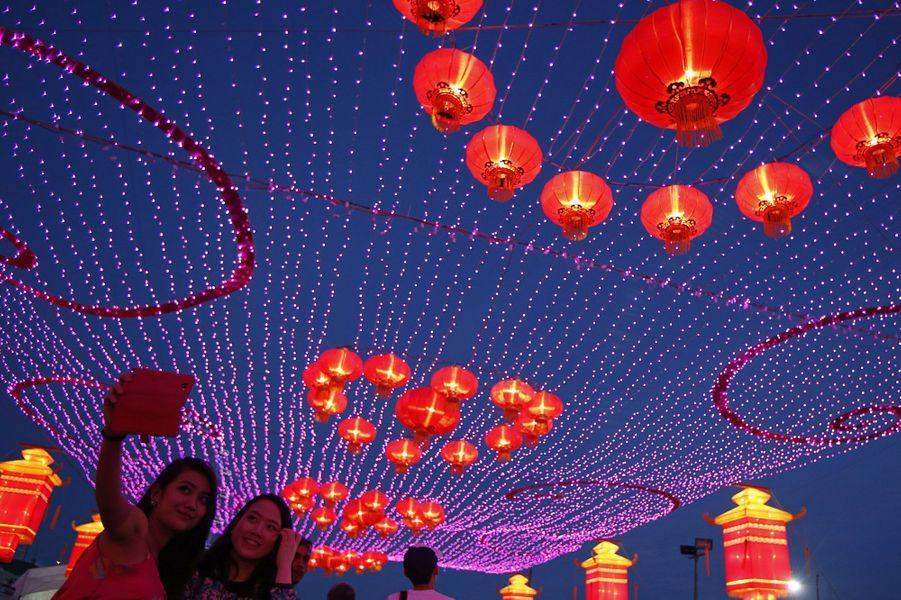 Voilà un mois que nous sommes passés à la nouvelle année. Aujourd'hui, c'est au tour des chinois! Festivités, danses et coutumes locales sont de rigueur pour célébrer comme il se doit l'année du cheval. Voici un panorama des plus belles photos prises lors de ces célébrations.