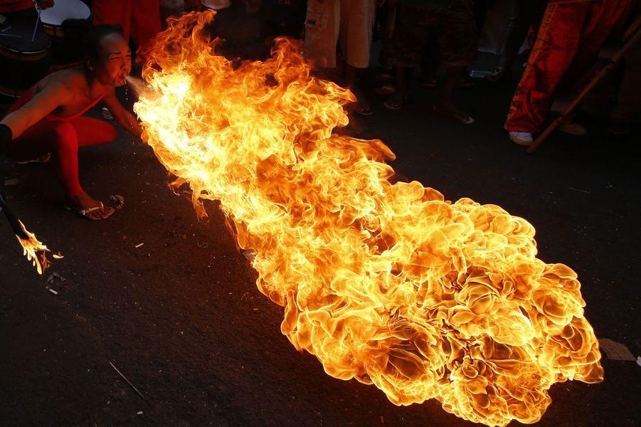 Les festivités du nouvel an chinois seraient bien différentes sans un cracheur de feu. Ici, le carnaval se passe dans le Chinatown de Manila aux Philippines.