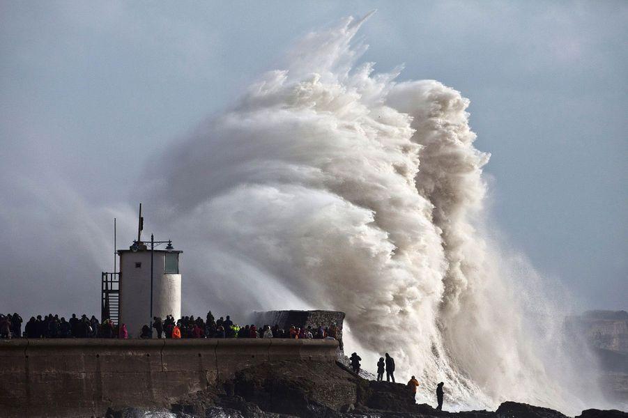 La façade ouest de l'Europe a été battue par la tempête durant toute la semaine. Voici quelques-uns des plus spectaculaires clichés pris depuis le 1er février. Samedi, c'est la tempête Charlie qui menaçait les côtes du Pays-de-Galles, comme ici à Porthcawl.