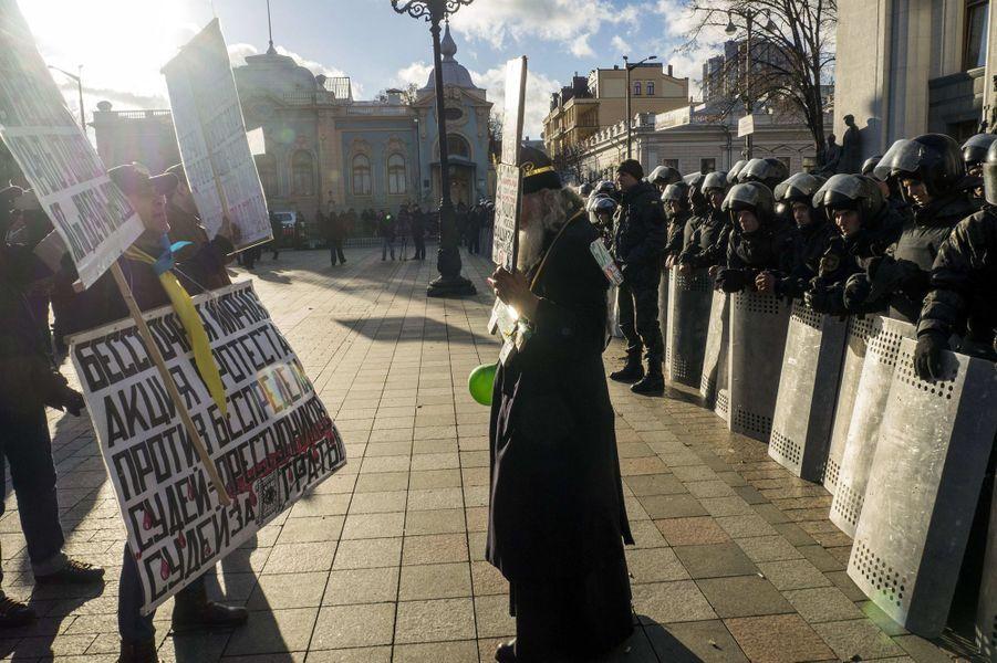 Des manifestations ont eu lieu à Kiev, où le Parlement ukrainien a renoncé à son statut de pays non-aligné
