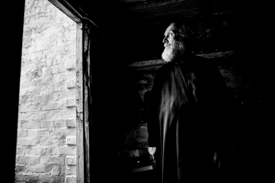 Dans le quartier de Troudovsky le Pope Alexander, ainsi que sa femme et des voisins se cachent dans un abri au cours d'un bombardement de l'armée, son église est partie en fumée quelque heures plus tôt. ..