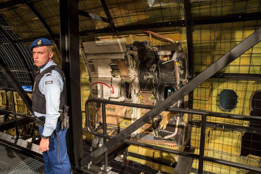 La carcasse du Boeing 777 arbore les stigmates d'une intense déflagration