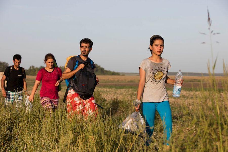 Dans les villes de Tovarnic et Beli Monasti affluent des réfugiés venant d'Afghanistan, d'Irak, du Pakistan... qui cherchent à atteindre la frontière nord des Balkans, la Slovénie, afin de rejoindre l'Allemagne par l'Autriche. Ils voyagent souvent en famille, accompagnés de très jeunes enfants, parfois de nourrissons. Les conditions de vie qu'ils subissent pendant ce voyage sont très éprouvantes, à la fois moralement et physiquement.