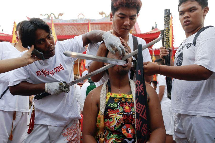 Les croyants se percent la peau au cours du festival végétarien de Phuket
