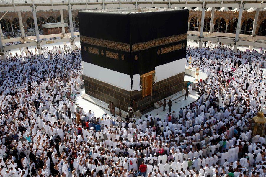 Le hajj ou pèlerinage de La Mecque est l'un des cinq piliers de l'Islam. Il se tient aux alentours de la Kaaba de La Mosquée sacrée de la ville sainte, entre le 8 et le 13 jours du mois lunaire du douzième mois du calendrier musulman.