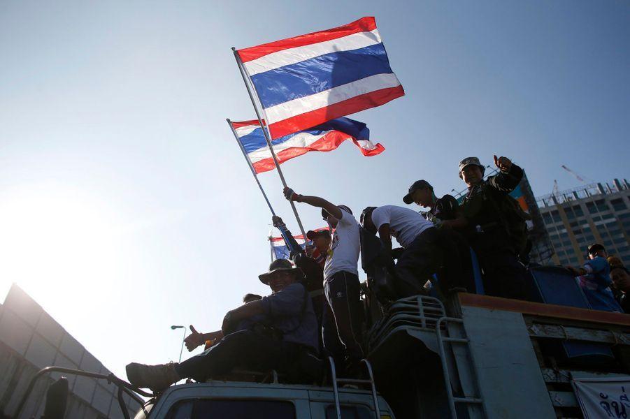 Les manifestants bloquent de nombreux carrefours de Bangkok, dont l'accès à différents ministères.