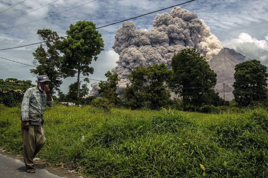 L'éruption du mont Sinabung se poursuit, le 1er avril, sur l'île de Sumatra, en Indonésie