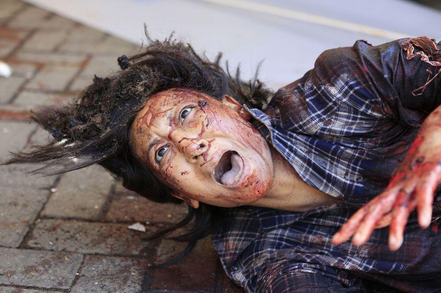 Au moins 20 personnes sont mortes lors de l'attaque samedi d'un centre commercial de Nairobi, la capitale du Kenya, et le bilan pourrait s'alourdir, a annoncé la Croix-Rouge kényane. La zone n'avait en milieu d'après-midi toujours pas été sécurisée et des coups de feu continuaient à retentir.La responsabilité de cette agression n'a pas été revendiquée mais l'organisation islamiste somalienne Al Chabaab avait menacé de s'en prendre au complexe commercial de Westgate, principalement fréquenté par la communauté des expatriés.ATTENTION, certaines images peuvent choquer.