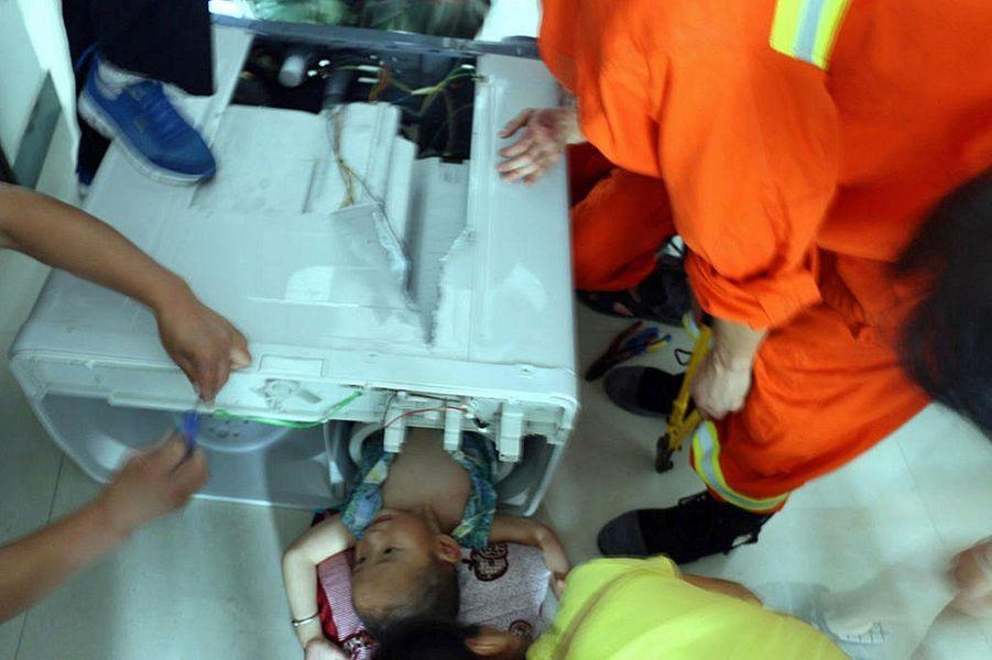Un bambin lessivé mais sauvé