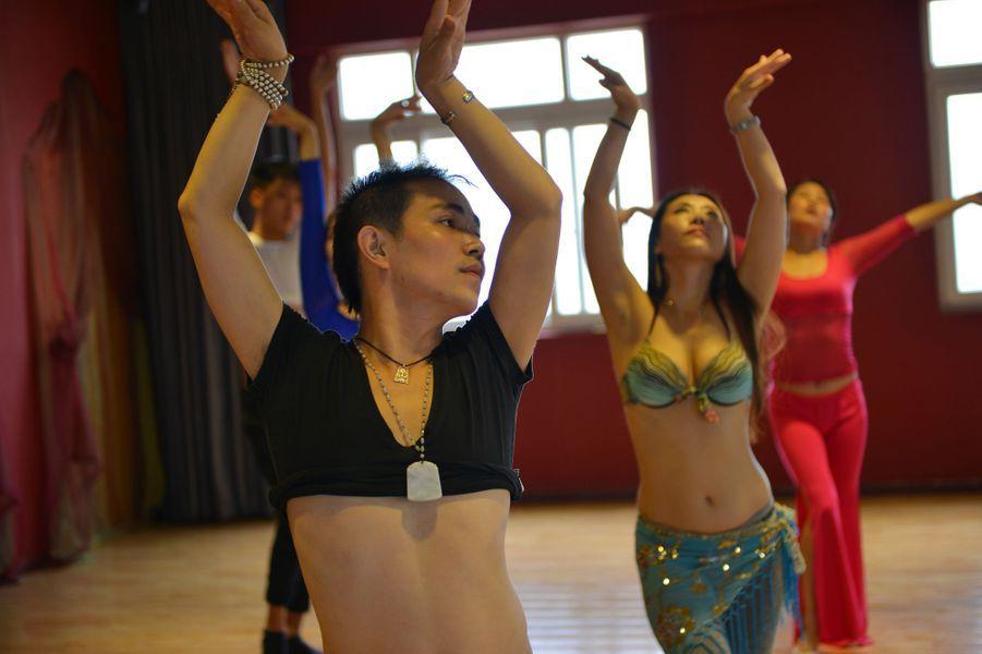 Mike, le militaire devenu prof de danse orientale