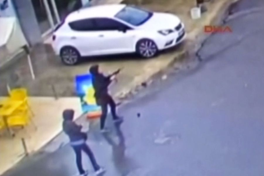 Le moment où deux femmes tirent sur des policiers à Istanbul
