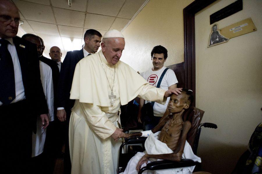 Le pape François au chevet des enfants malades à l'hôpital pédiatrique de Bangui, en Centrafrique