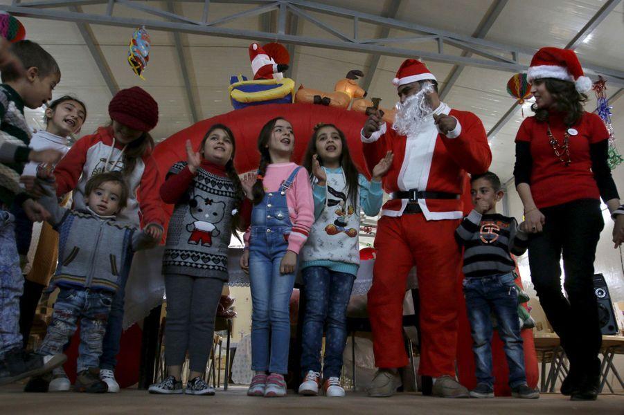 Le Père Noël avec les réfugiés irakiens dans le camp Zayuna, à Bagdad