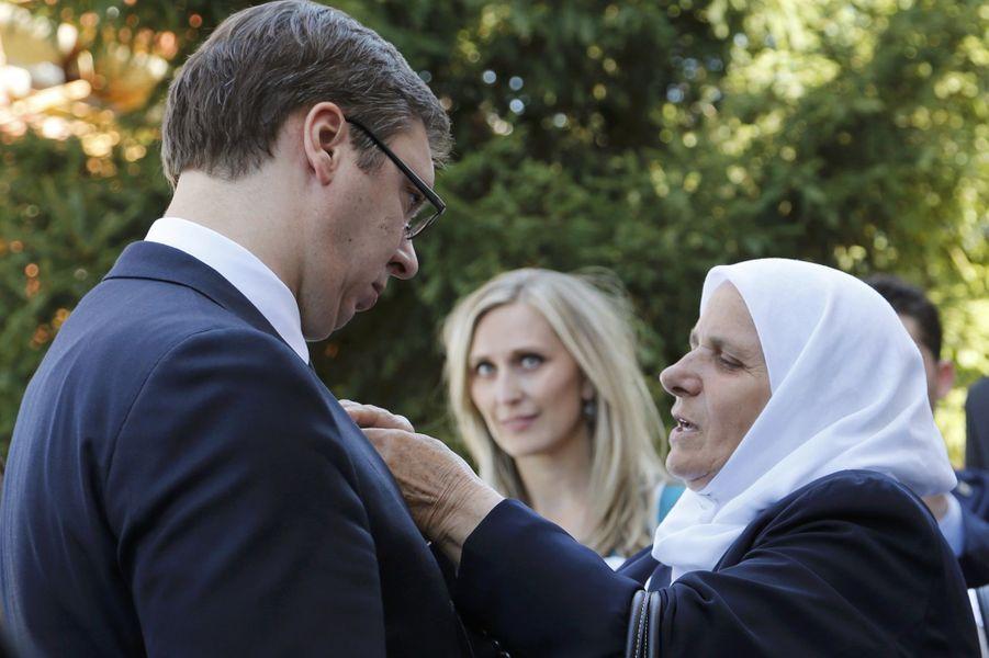 Le Premier ministre serbe Aleksandar Vucic avec la présidente de l'association des Mères de Srebrenica