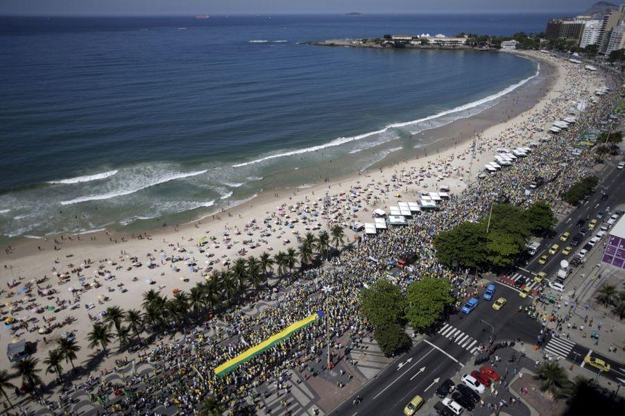 Des milliers de Brésiliens ont défilé dans les rues, comme ici sur Copacabana, à Rio