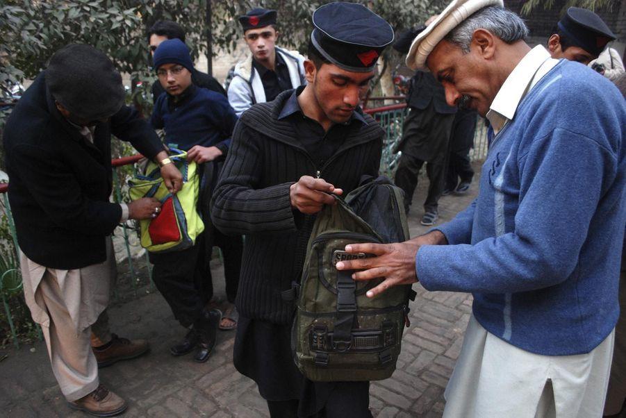 Les écoliers pakistanais de retour à l'école