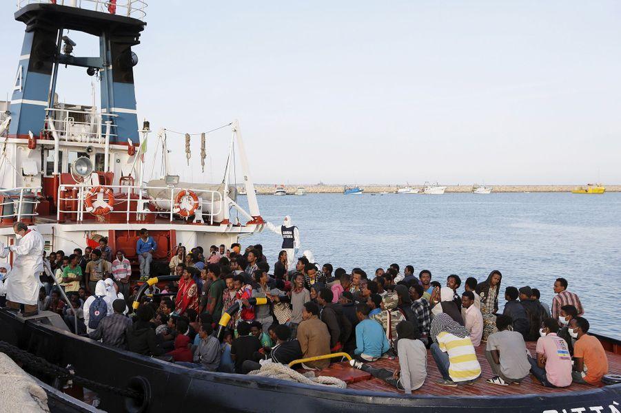 Les migrants arrivent au port sicilien d'Augusta, après avoir traversé la Méditerranée