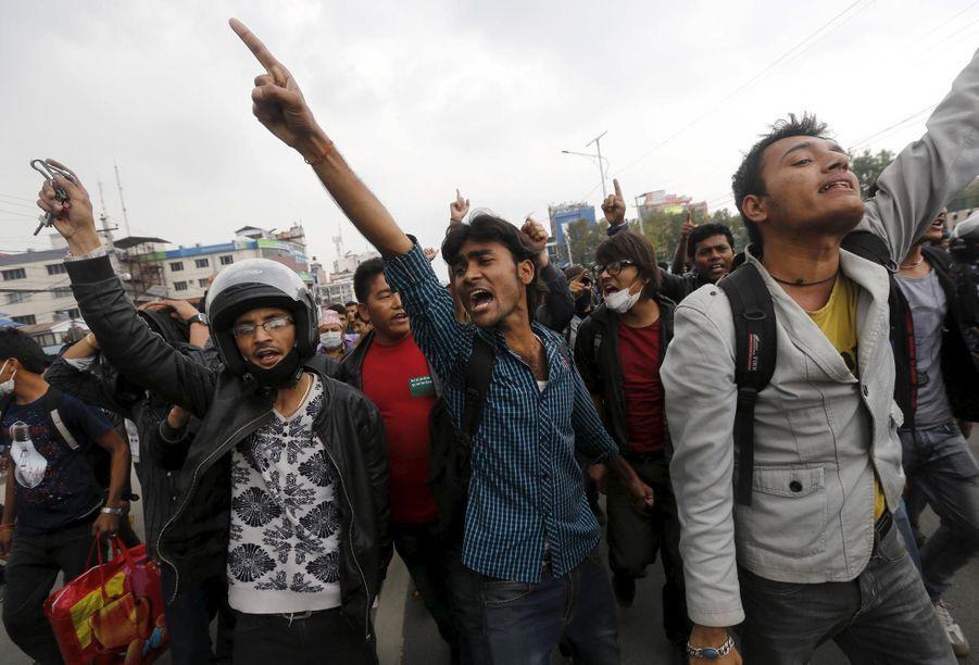 Les Népalais en colère contre le gouvernement